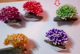 Plastova rostlina na kameni  Zelena - zvětšit obrázek